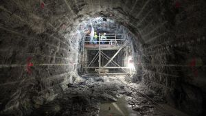 tunneli maan alla ja rakennusmiehiä