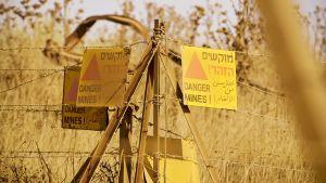 Kyltti varoittaa miinoista Israelin miehittämillä Golanin kukkuloilla. Golan on yksi Syyrian ja Israelin välejä hiertävistä kysymyksistä.