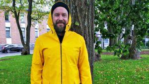 Jan Lehmuksella yllään 1950-luvulla tehty keltainen sadetakki.