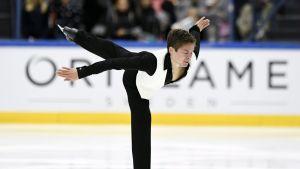 Valtter Virtanen Finlandia Trophyn jäällä.