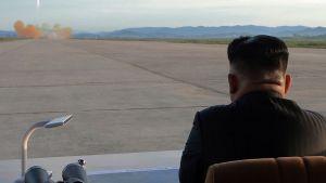 Pohjois-Korean johtaja Kim Jong-un seuraa ohjuskoetta, kuva otettu ilmeisesti syyskuussa 2017.