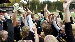 FC Hongan naiset juhlivat Suomen mestaruutta.