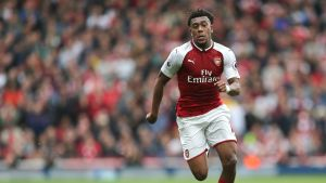 Arsenalin Alex Iwobi jahtaa palloa.