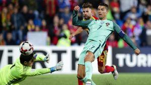 Cristiano Ronaldo tekee maalin Portugalille.