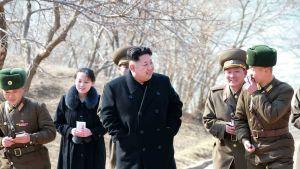Pohjois-Korean johtaja Kim Jong-un vierailemassa sotilasalueella. Takana seuraa pikkusiskonsa Kim Yo-jong.