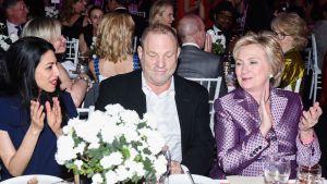 Huma Abedin, Harvey Weinstein, Hillary Clinton samassa pöydässä.