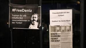 Toimittaja Deniz Yücelin vapauttamista vaativa juliste Gaggenaussa Saksassa.