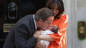David Cameron ja Samantha Cameron esittelevät vastasyntynyttä tytärtään pääministerin virka-asunnon edustalla Lontoossa.