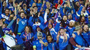 Islannin kannattajia kuvassa