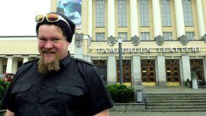 Ville Haapasalo Tampereen teatterin edessä