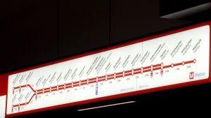Metrokartta Aalto-yliopiston metroasemalla Espoon Otaniemessä.