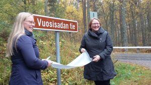 Vasemmalla: Savonlinnan kaupunginvaltuuston puheenjohtaja Anna-Kristiina Mikkonen. Oikealla: Suomen tieyhdistyksen toimitusjohtaja Nina Raitanen.