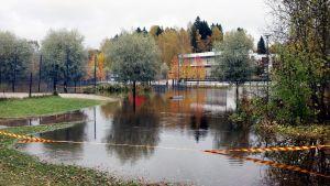 Kirkkojärven koulun viereinen leikkipuisto jäi veden alle Espoossa keskiviikkona 11. lokakuuta