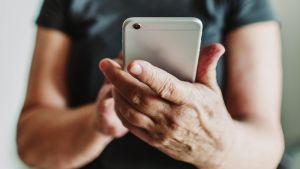 eläkeläinen käyttää kännykkää