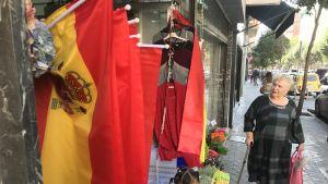 Espanjan lippuja kaupitellaan nyt näkyvästi Madridin keskustassa.