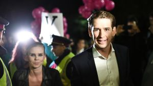 Sebastian Kurz saapui television vaaliväittelyyn Wienissä 12. lokakuuta. Taustalla tyttöystävä Susanne Thier.
