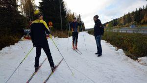 Veikko Karjalainen, Tomi Ikonen ja Wille Markkanen ensilumenladulla Tahkolla