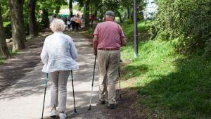 kaksi senioria sauvakävelyllä