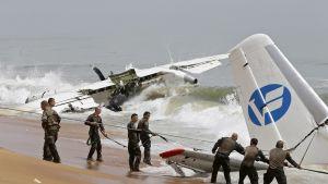 miehiä ja mereen pudonnut lentokone