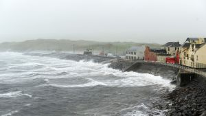 Myrskyävä meri Lahinchin kylän edustalla Irlannissa.