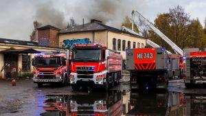 paloautoja tapettitehtaan edessä Tapanilassa
