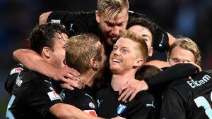 Malmö FF:n pelaajat juhlivat kuvassa