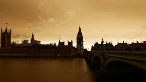 Ophelia-myrskyn aiheuttama punertava sävy Lontoossa.
