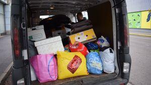 pusseja ja laatikoita pakettiautossa