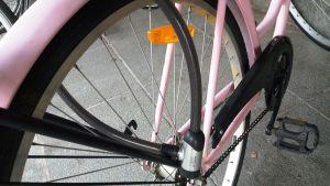 Polkupyörässä kiinni oleva vaijerilukko