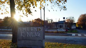 """The End is Near"" -graffiti Korsholmanpuistikolla Vaasan Kasarmintorin kupeessa."
