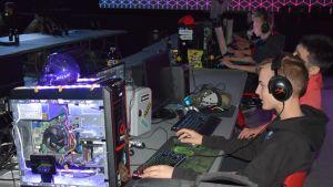 E-urheilijoita Grail Quest -pelitapahtumassa.