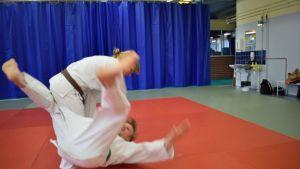Kuvassa Piia Komppa ja Jani Kokkonen. Sovelletun judon ottelija mikkeliläinen Piia Komppa heittää Jani Kokkosta.