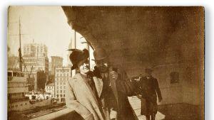 Alexander Oskar Holverson vaimonsa Mary Alicen kanssa joulukuussa 1911 laivan kannella.