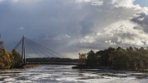 Vanhankaupunginlahti ja Matinkaarensilta kuvattuna Helsingissä 19. lokakuuta.