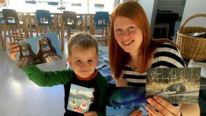 Leevi Pitkonen ja Minna Helle esitttelevät Puumalan päiväkodin saamia kortteja.