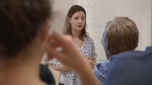 Kateřina Křivánková opettaa lukiolaisille, miten valeuutiset voi erottaa oikeista uutisista.