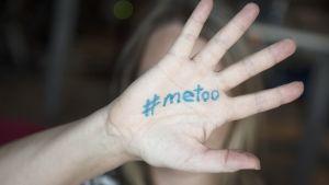 #metoo kirjoitettuna naisen käteen.