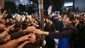 pääministeri kättelee äänestäjiä