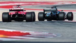 Ferrarin Sebastian Vettel ja Mercedeksen Lewis Hamilton Austinin radalla.