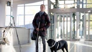 Helsingin ja Uudenmaan näkövammaisten puheejohtaja Anneli Iltanen Lauttasaaren metroasemalla.