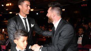 Lionel Messi (oik.) onnittelee Cristiano Ronaldoa ja hänen poikaansa, Cristiano Ronaldo Jr:ää