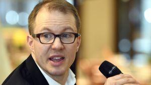 Lännen Median politiikan toimittaja Lauri Nurmi .