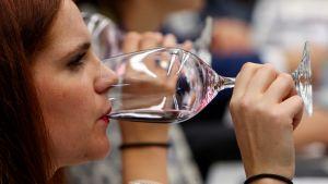 Nainen maistaa viiniä ruokamessuilla San Sebastianissa Espanjassa.