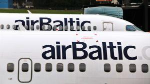 Air Balticin koneita Riian lentokentällä.