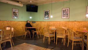 Juha Immonen istuu tyhjillään olevan baarin nurkassa
