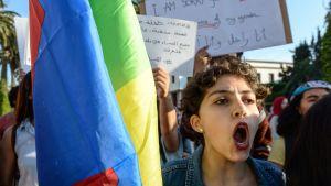 nainen huutaa mielenosoituksessa