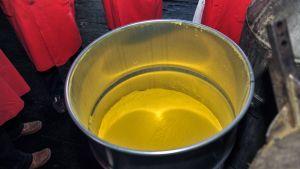 uraanijauhetta avoimessa tynnyrissä