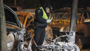Poliisi tutkii räjähdypaikkaa.