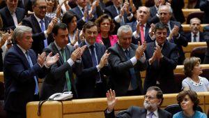 Espanjan senaatin jäsenet taputtavat