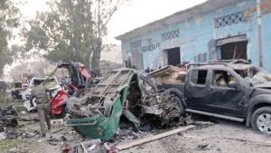 Autopommin aiheuttamaa tuhoa Somalian Mogadishussa